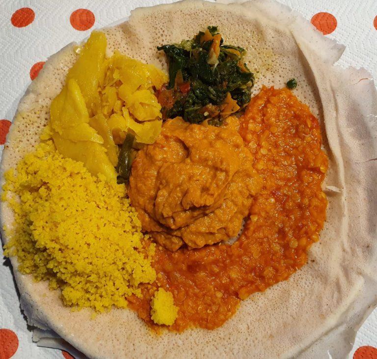 Zighini con pane injera – cucina eritrea
