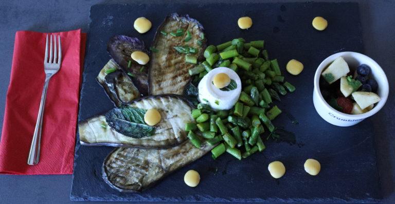 Melanzane grigliate, asparagi, lupini e ricotta.