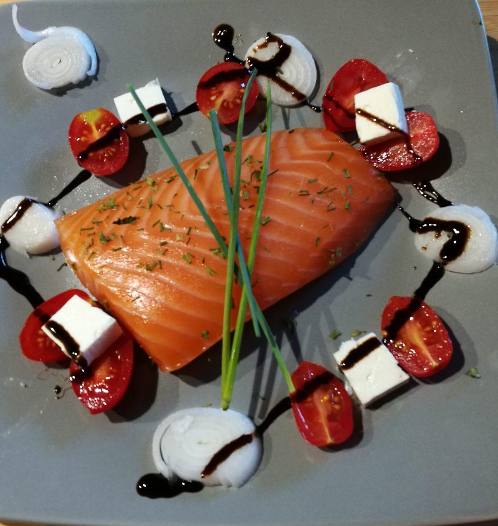salmone pomodori e cipollotti