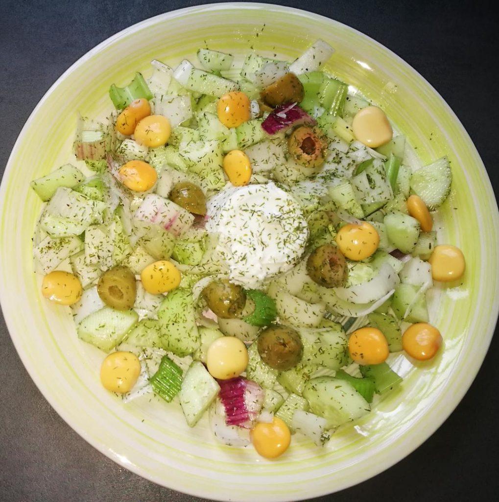 piatto unico di insalata e mozzarella