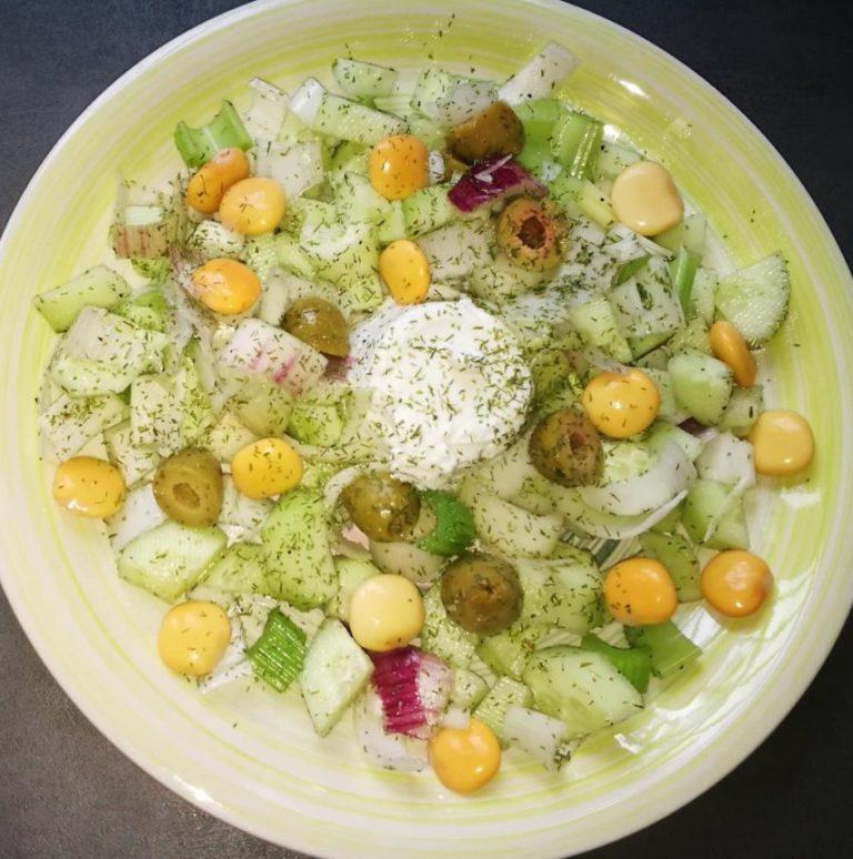 Piatto unico: insalata mista e mozzarella