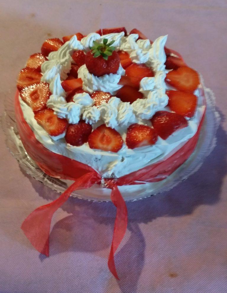 Torta per la festa della mamma: panna e fragole