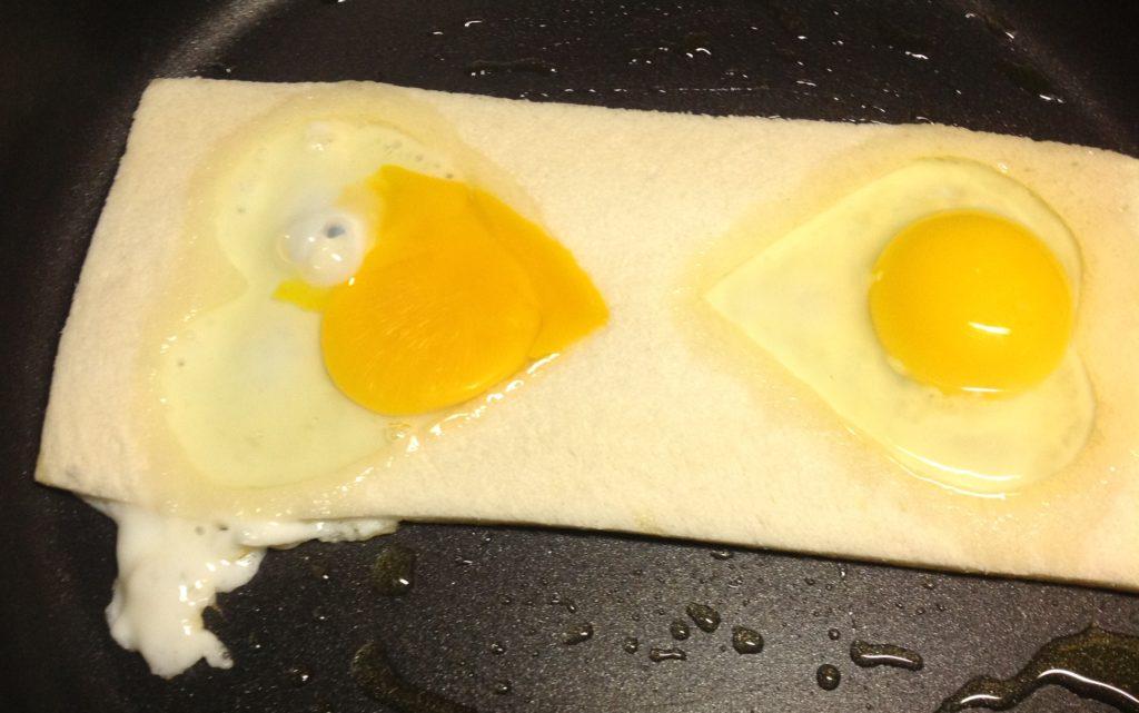 uova incastonate nel pane