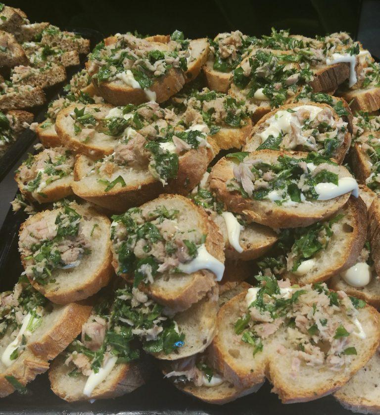Crostini con tonno, rucola e maionese