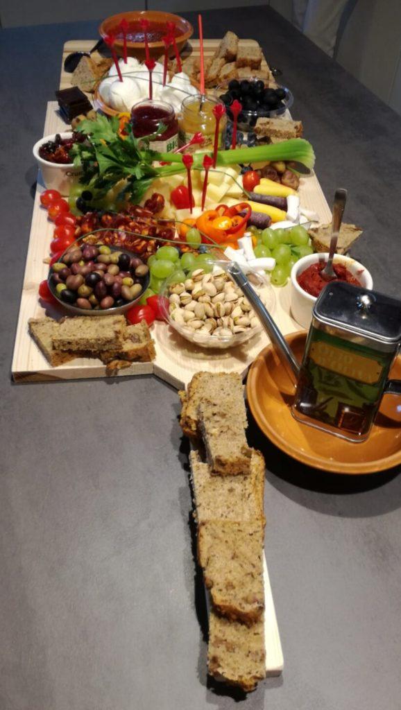 tagliere di salumi, formaggi e verdure