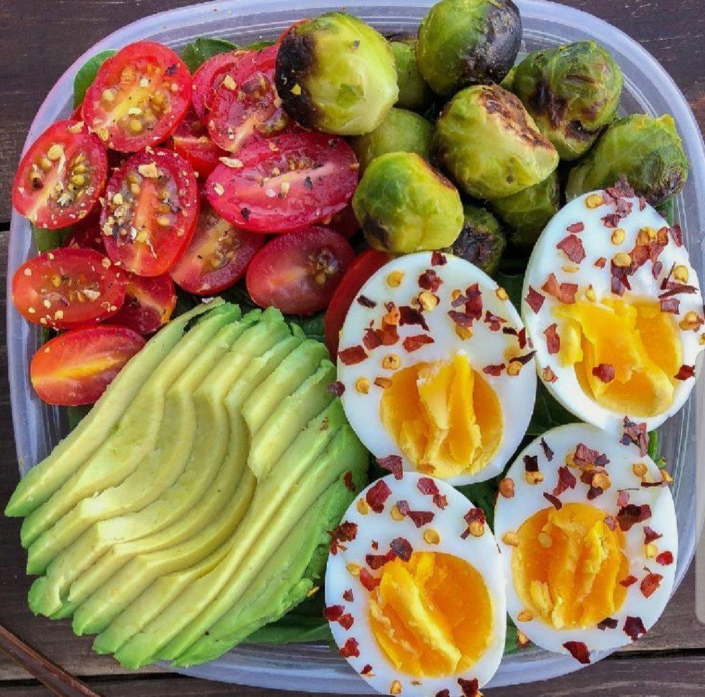 lunch box pomodori cavoli uova e avocado