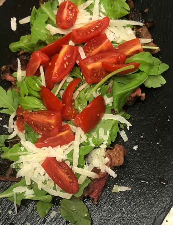 Tagliata di manzo con pomodori, rucola e parmigiano
