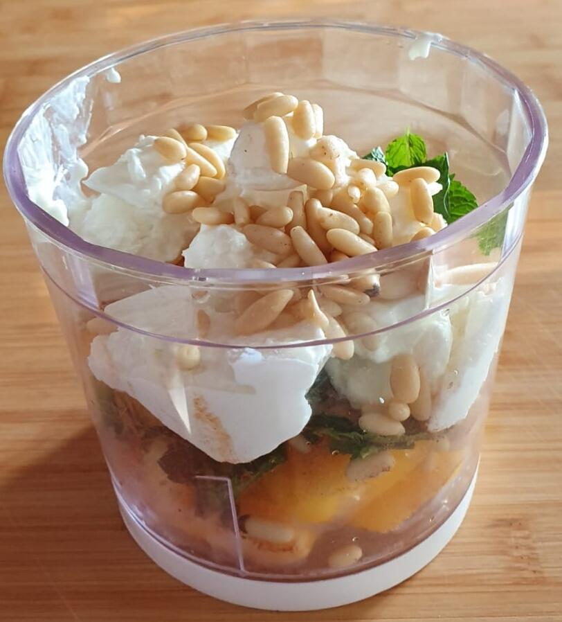 ingredienti gelato chiacchierino in un mixer