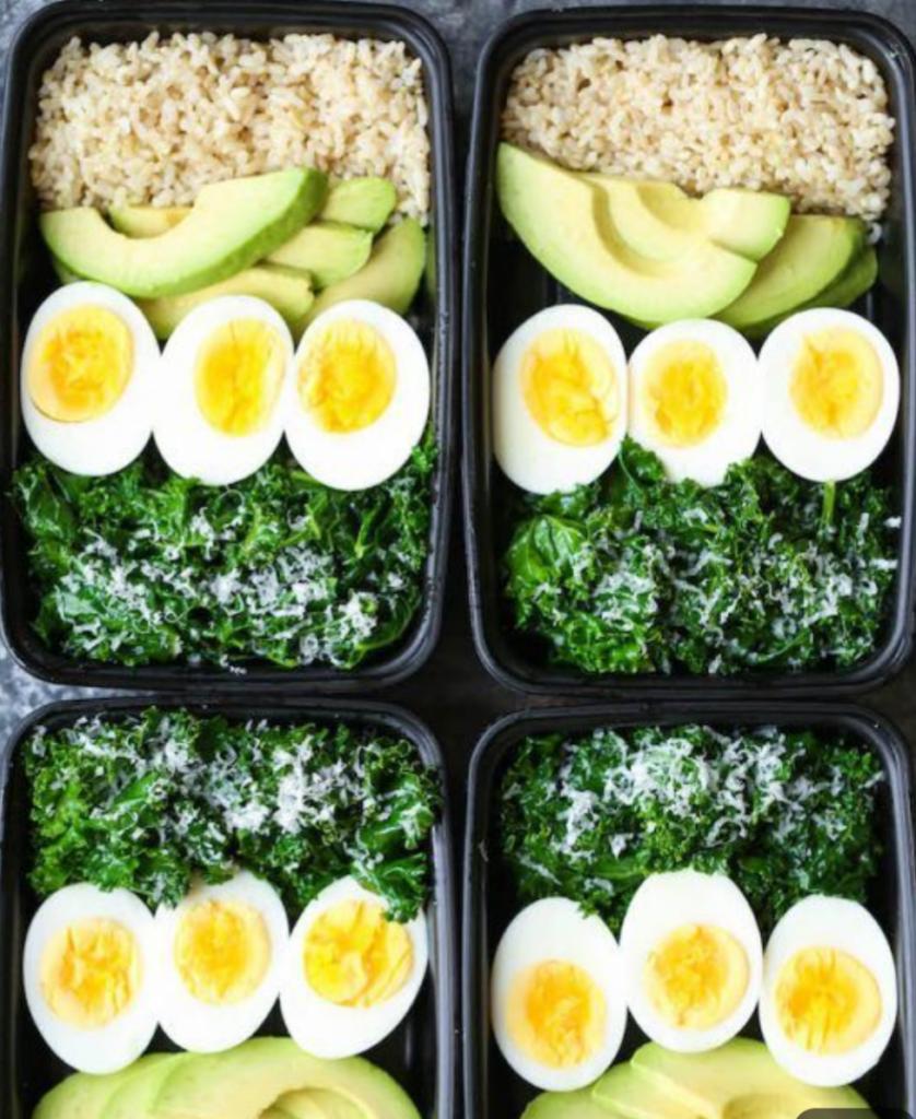 lunch box con riso avocado uova e erbette