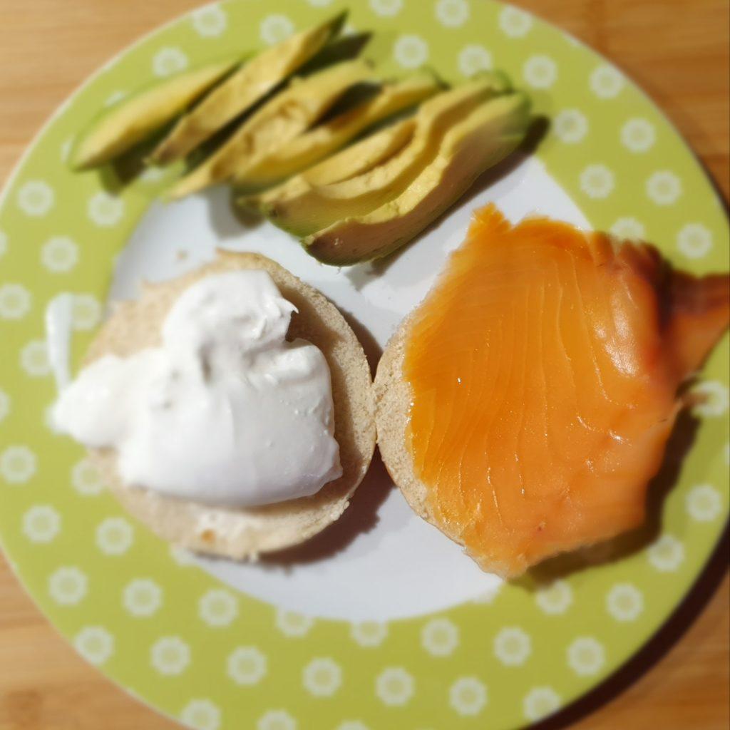 panino scomposto con salmone burrata e avocado