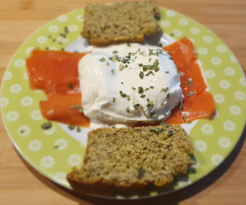 Salmone selvaggio, squacquerone e pane alle olive