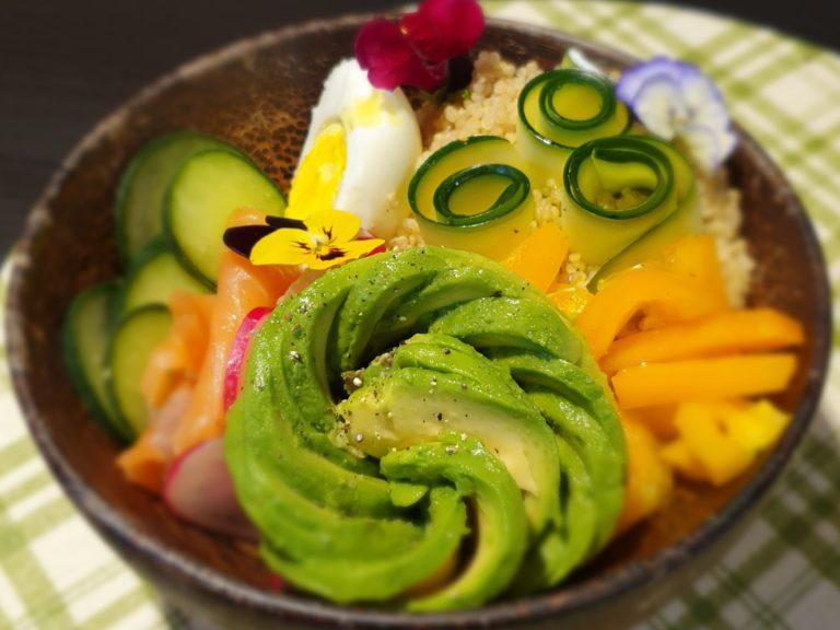 Bowl con quinoa uova e verdure