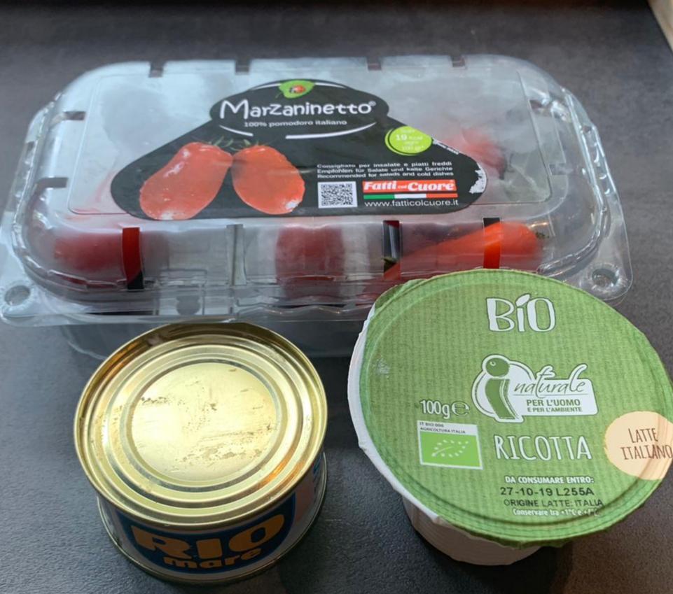 ingredienti pasta con la ricotta tonno e pomodori