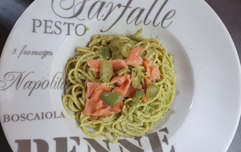 Spaghetti al pesto ricotta salmone e olive
