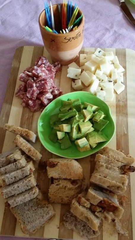 aperitivo con salame, formaggio al tartufo, pane homemade e acocado