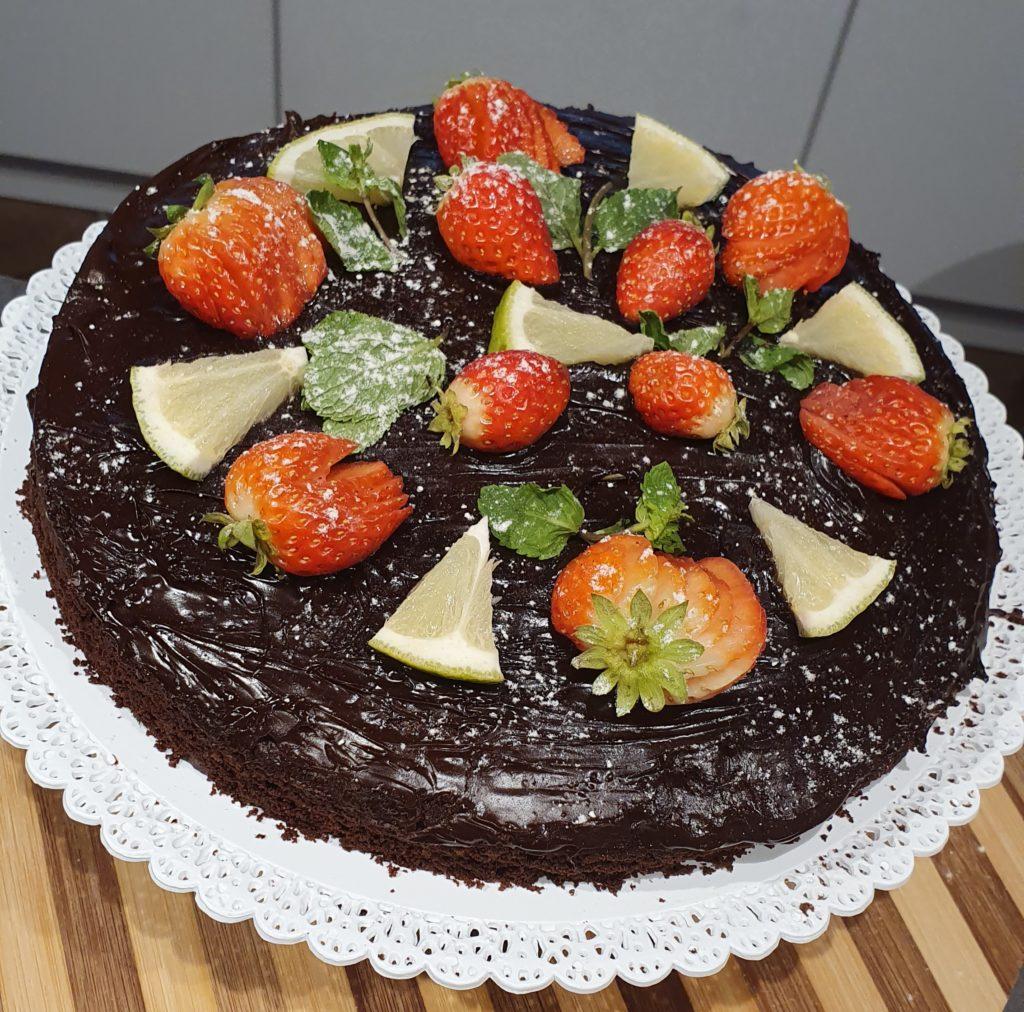 torta tipo sacher decorata