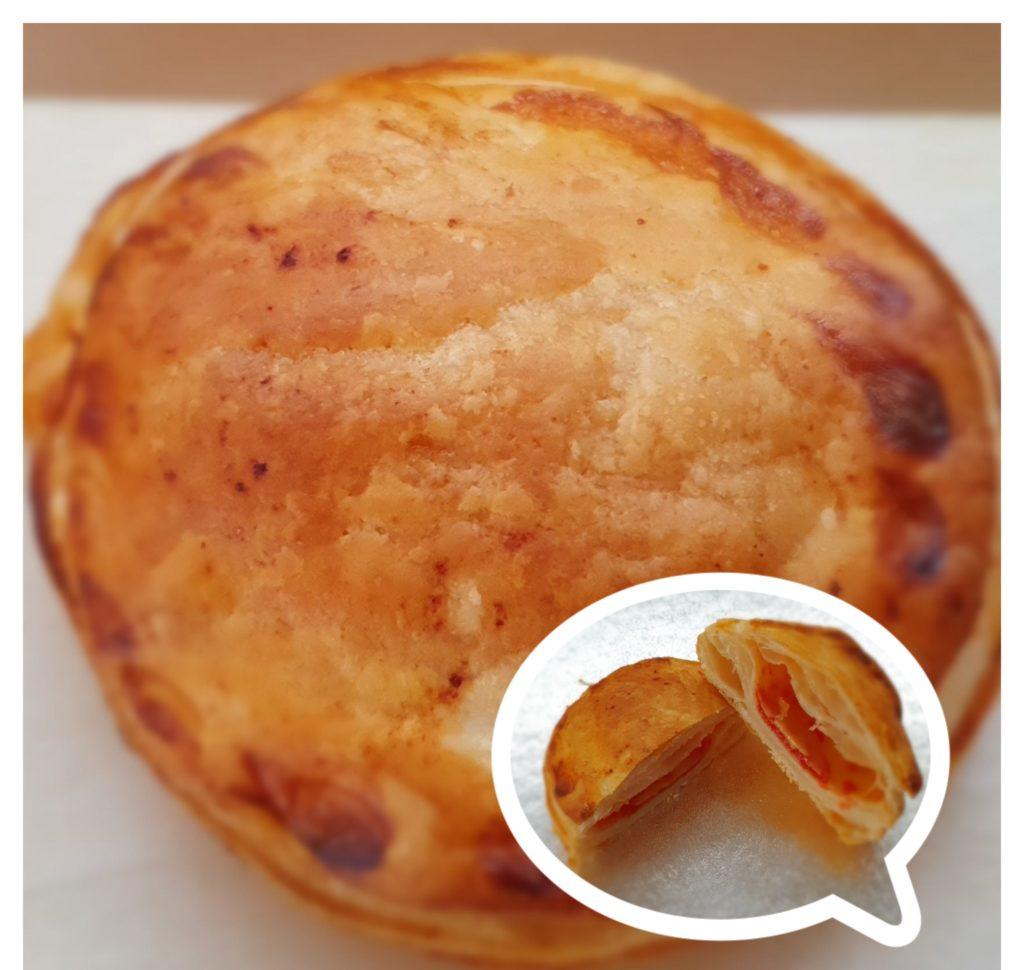 Rustici di pasta sfoglia con pomodoro e mozzarella