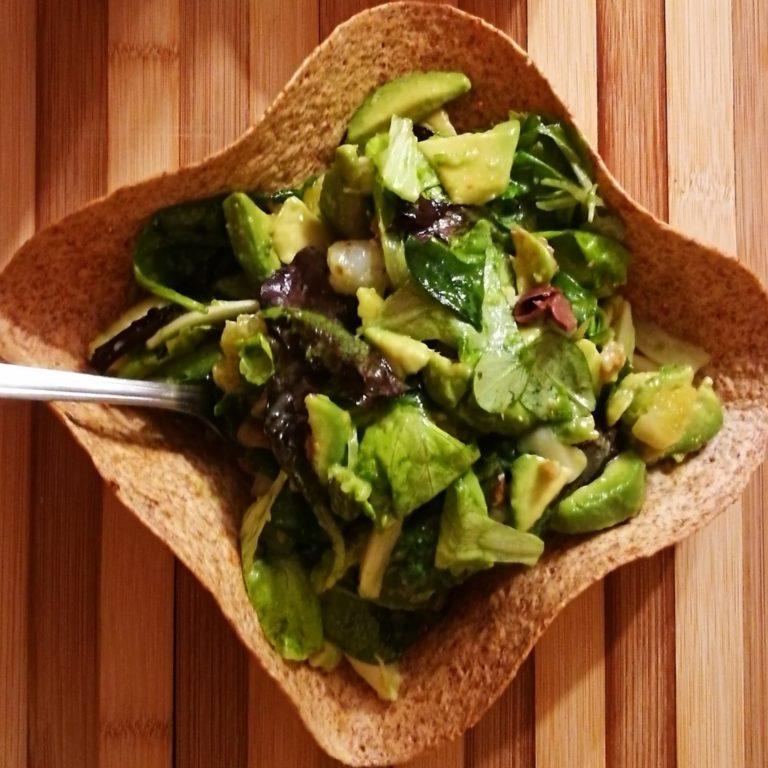 Insalata con avocado in pan cestino