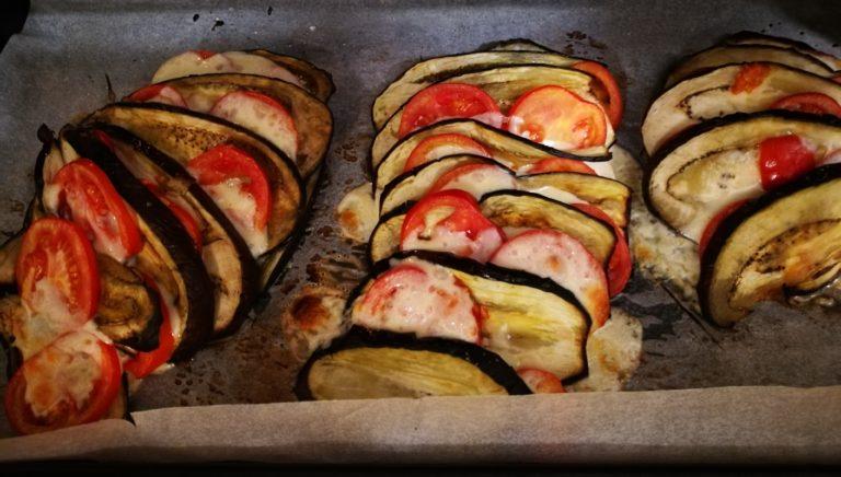 Melanzane a libro con pomodori e mozzarella