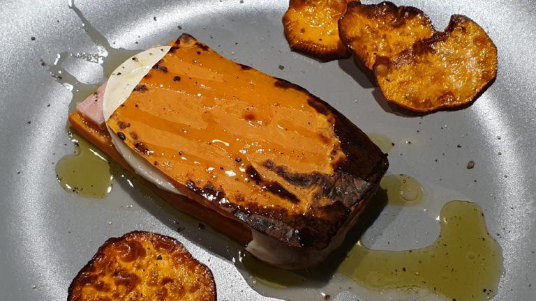 Toast di patate dolci farcito con mortadella e mozzarella