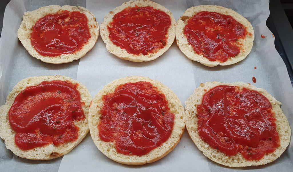 pane tostato con passata di pomodoro condita