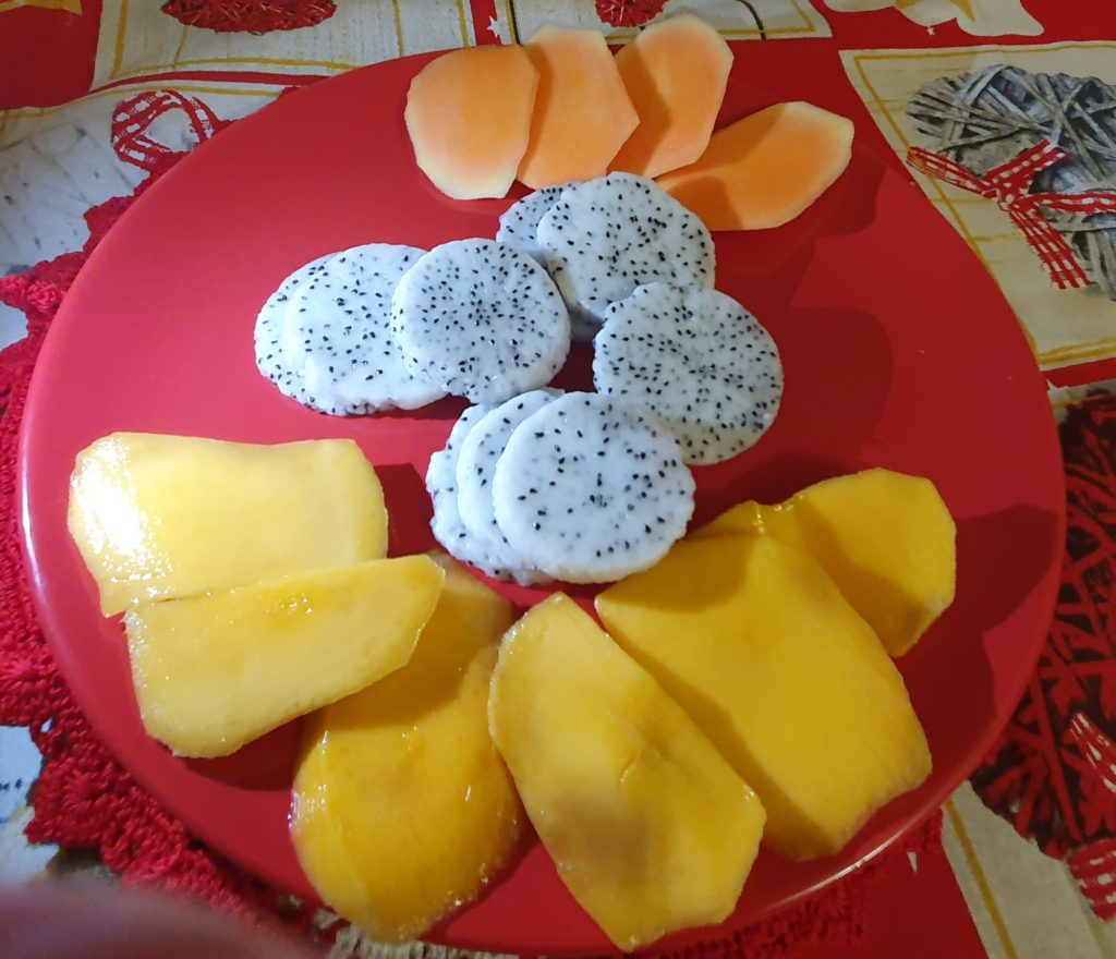 Frutta esotica in tavola