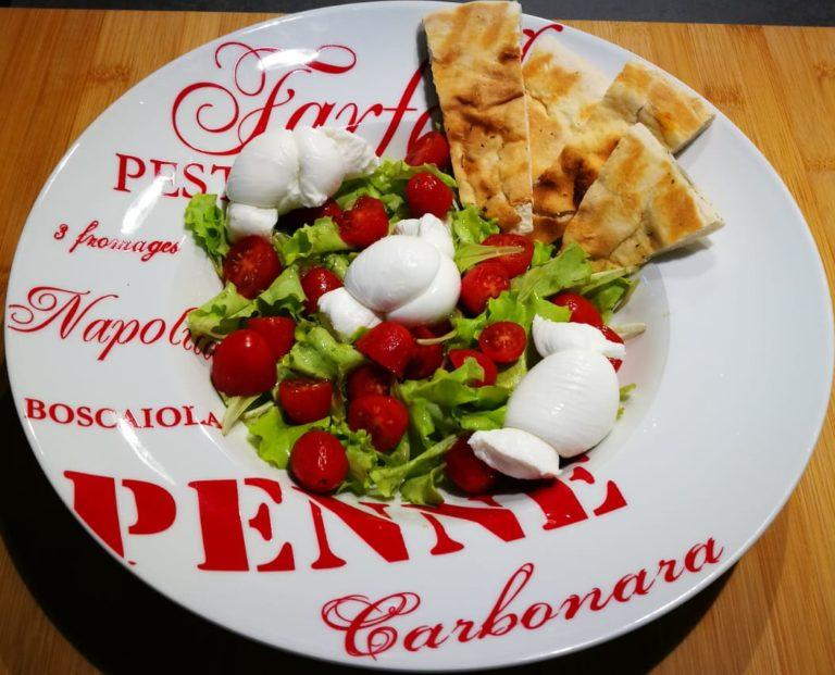 Insalatina con mozzarella pomodori e focaccine
