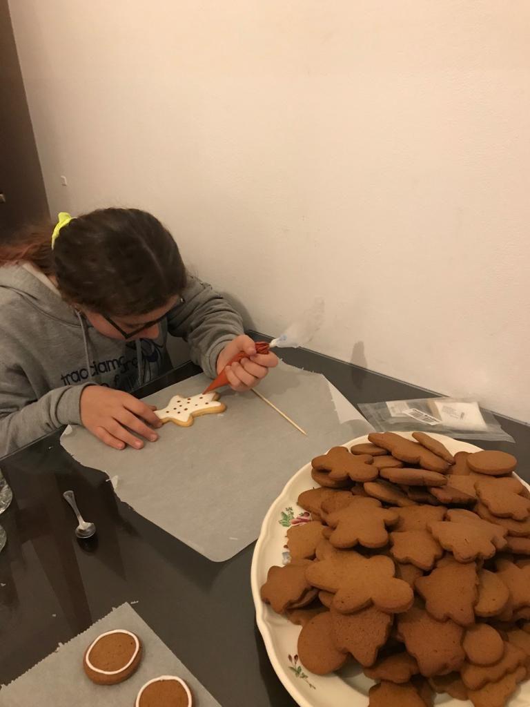 Emanuelita che decora i biscotti