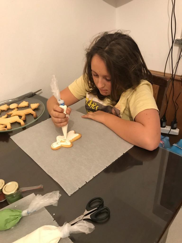 Francesco che decora i biscotti
