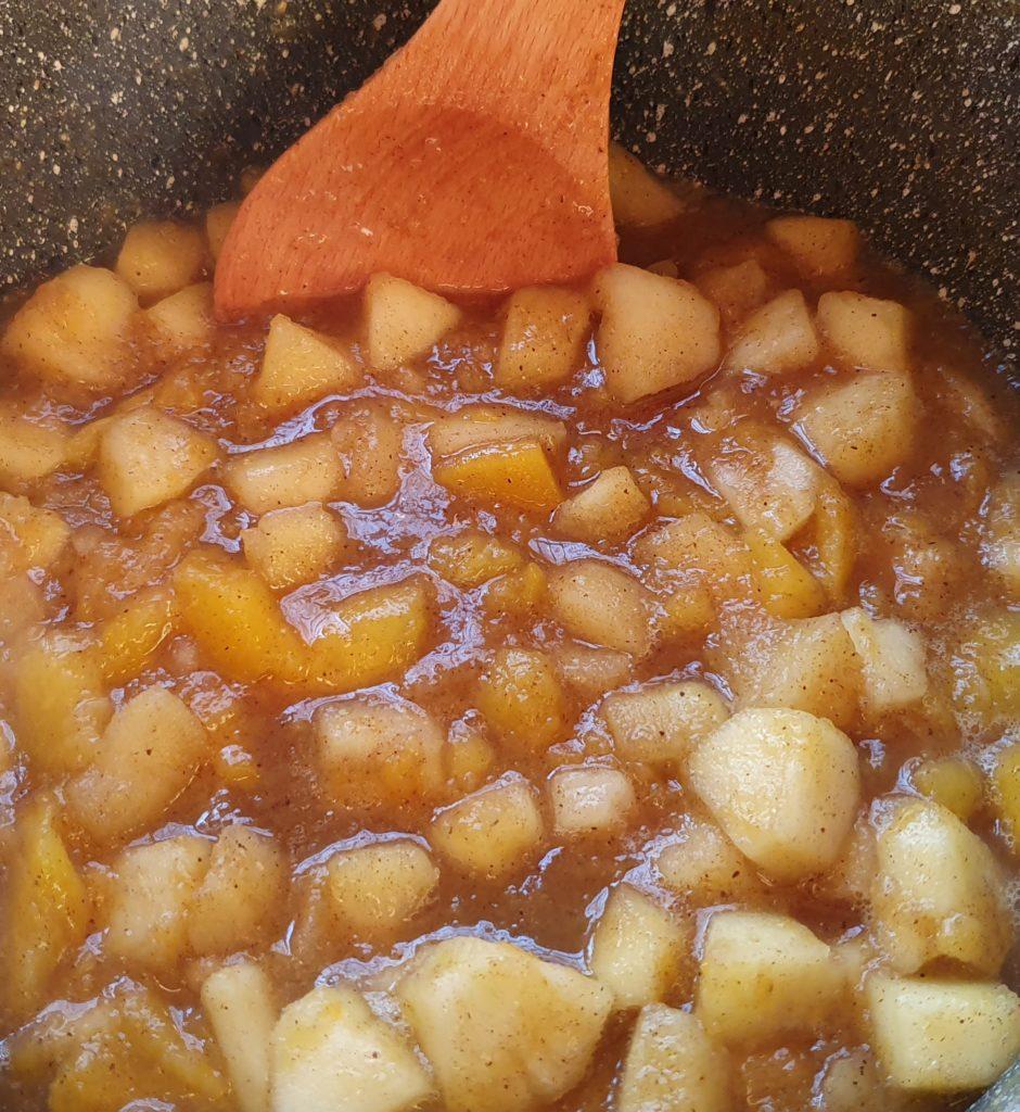 mele e mango dopo dieci minuti di cottura
