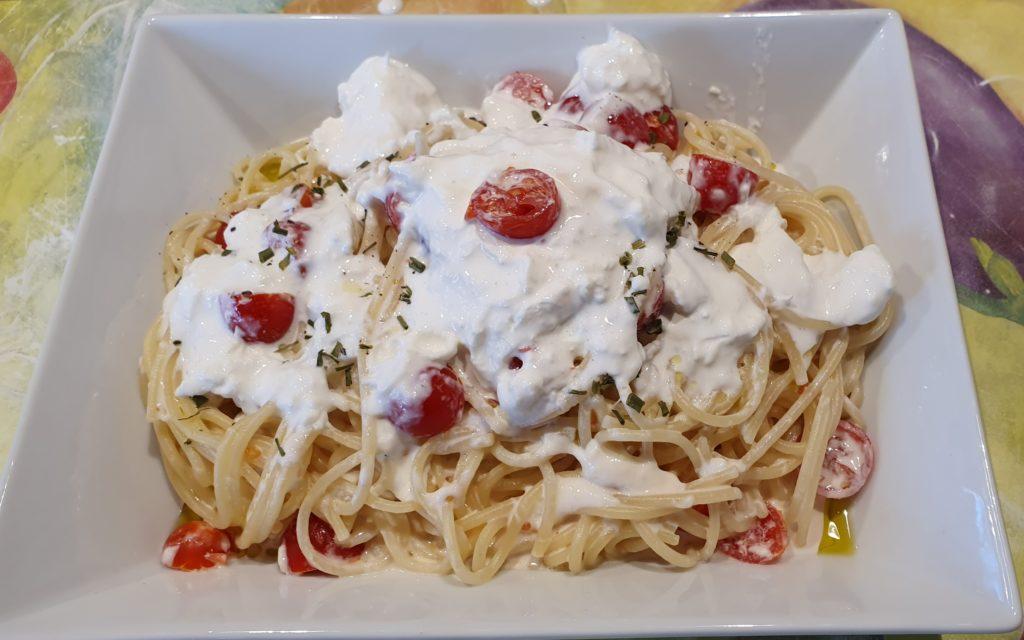 spaghetti con pomodorini e tanta stracciatella