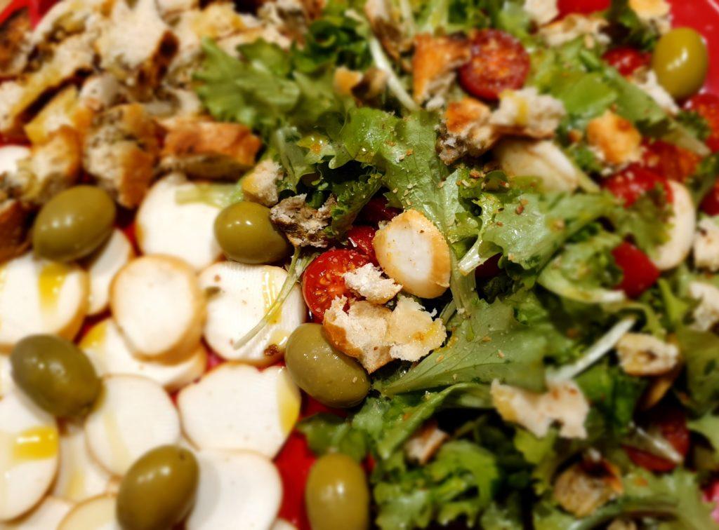 insalata con scamorza e crostini