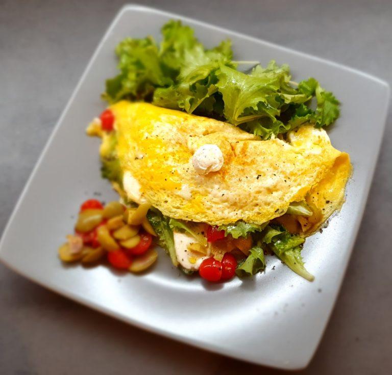 Omelette con formaggio pomodori e lattuga