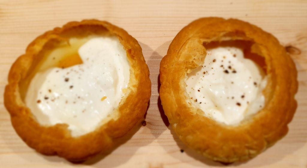 cestini di sfoglia con uova e formaggio