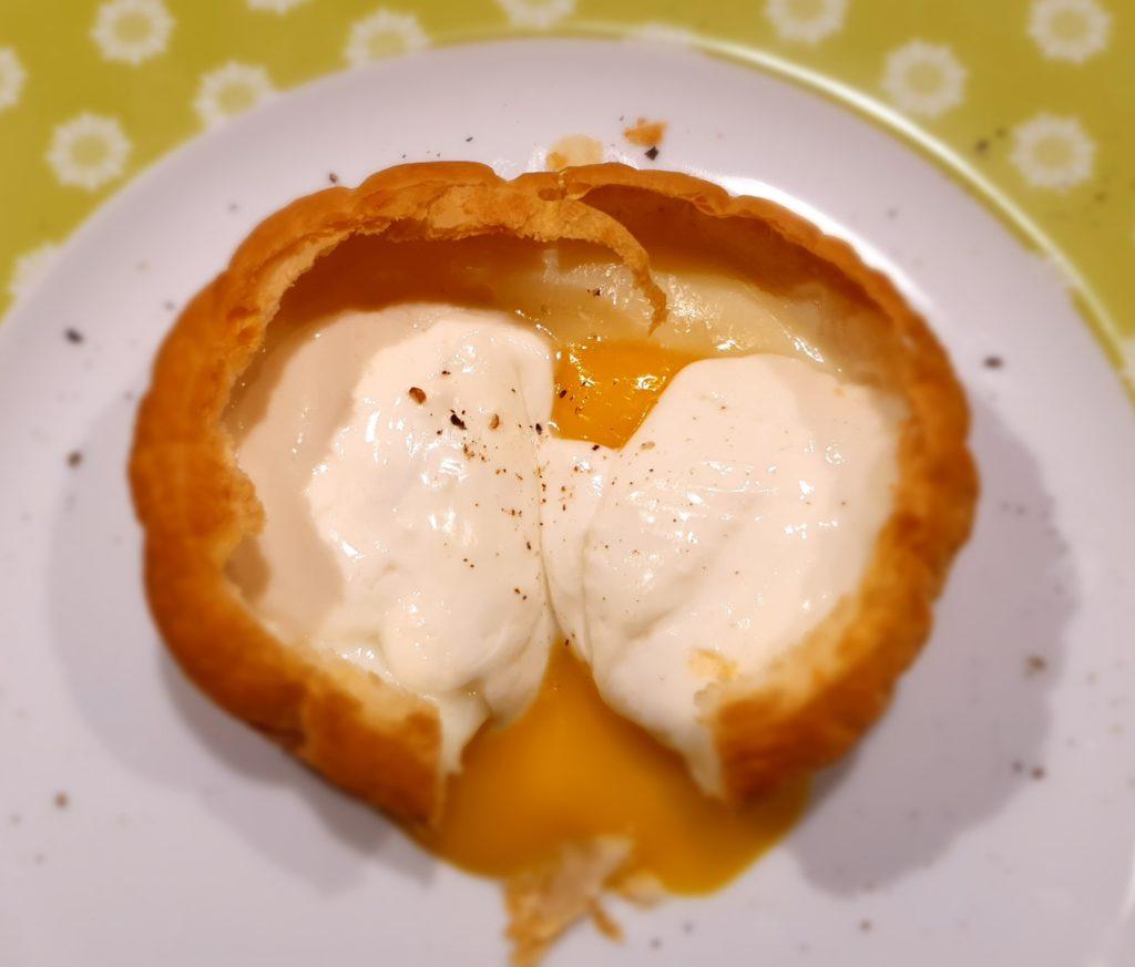 cestino di sfoglia con uovo e formaggio