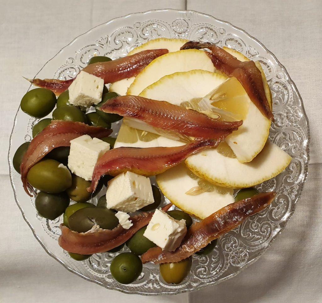 acciughe, feta, olive e cedro
