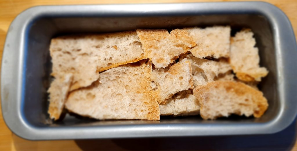 primo strato di pane del plumcake salato al pomodoro