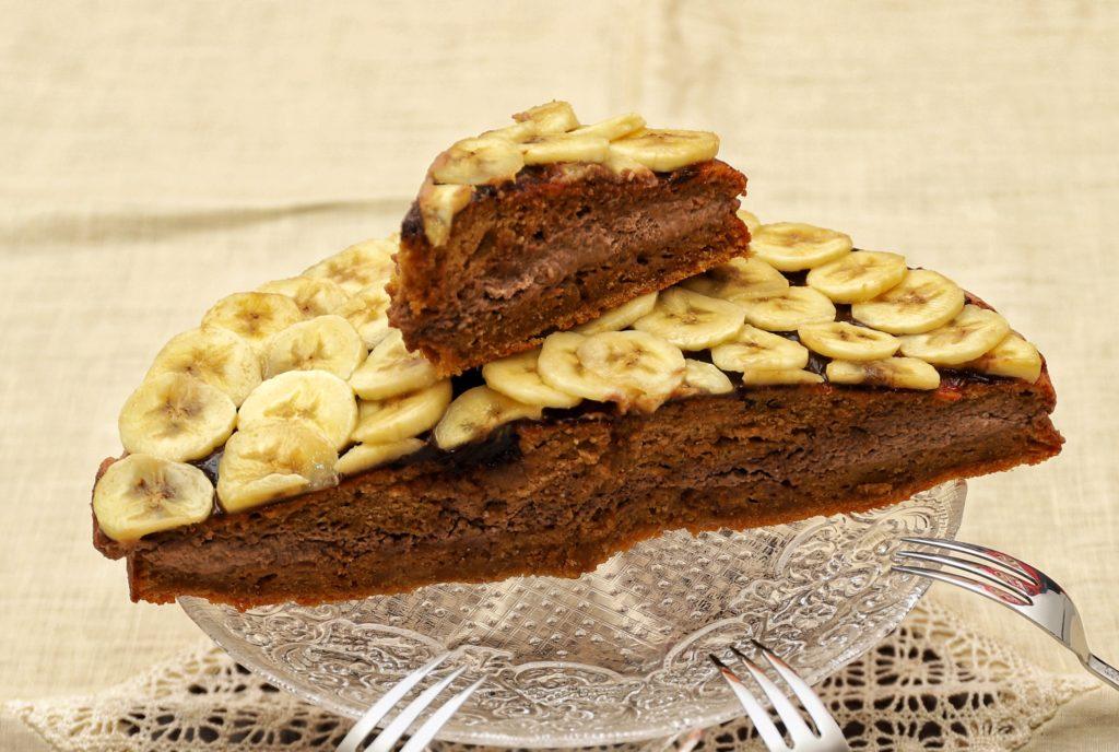 torta con mousse al cioccolato e banane