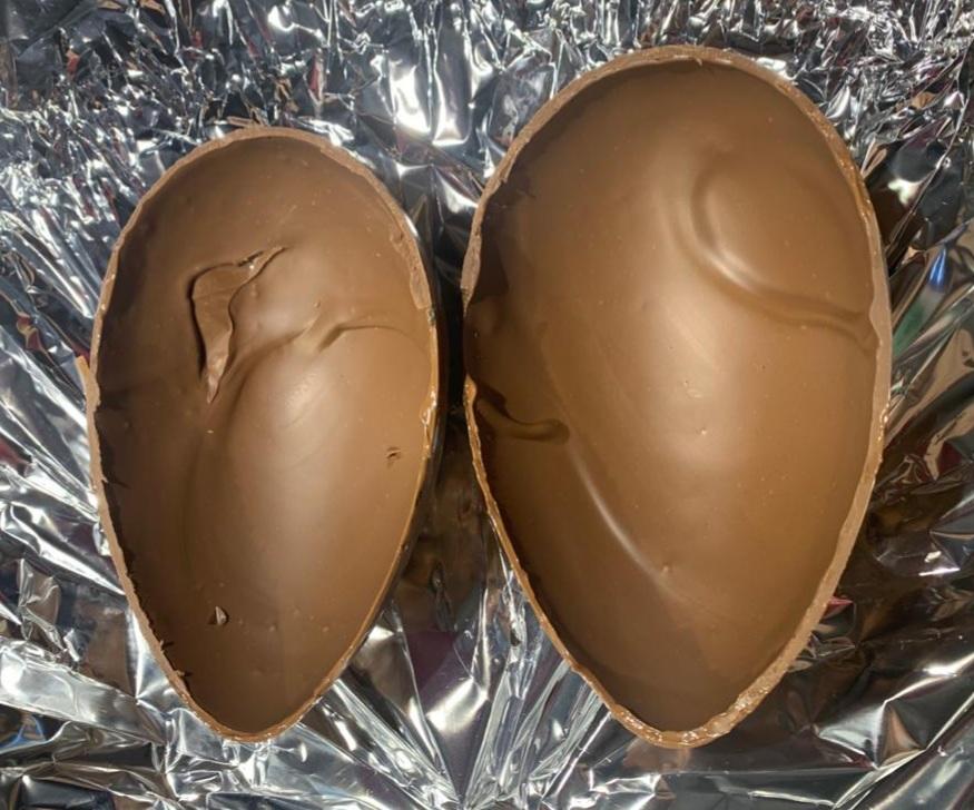 uovo di cioccolato diviso in due metà