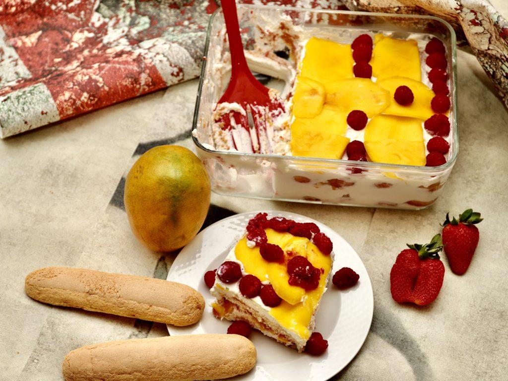 tiramisù con mango, lamponi e fragole