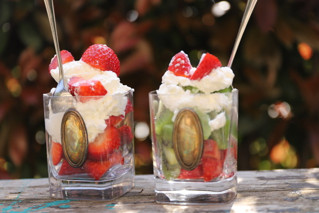 Dessert di frutta: fragole kiwi e panna