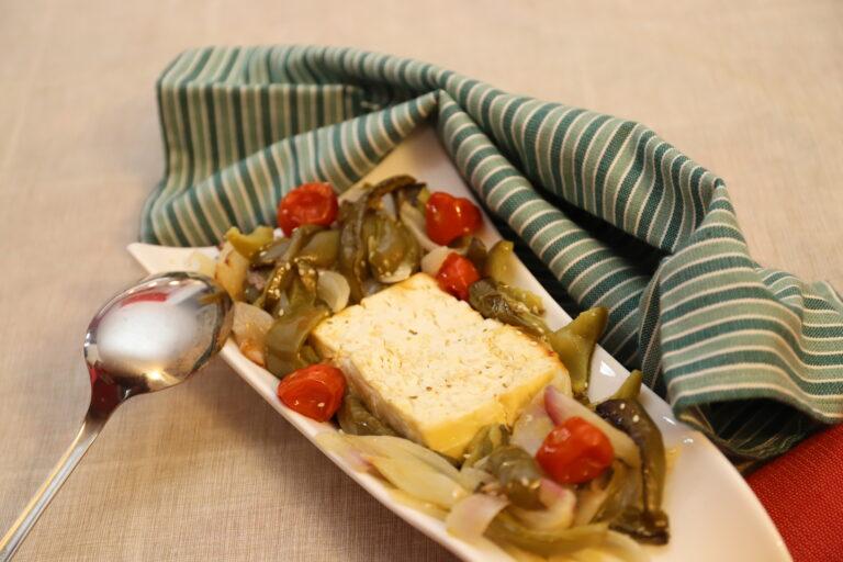 Feta al forno con peperoni e cipolle