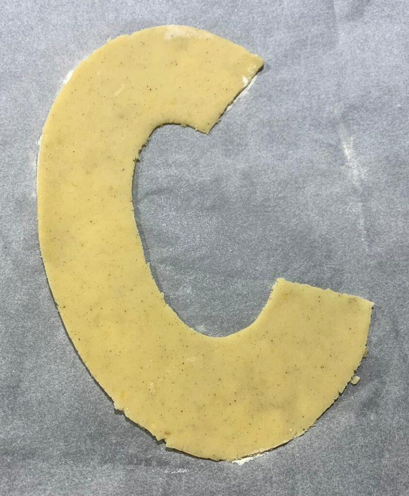 lettera c realizzata con pasta sablé