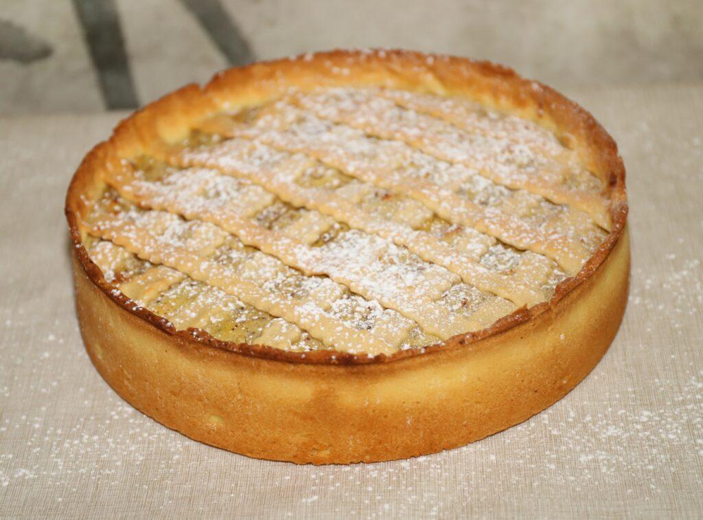 torta di ricotta e nocciole coperta con zucchero a velo