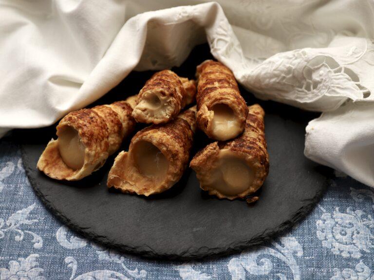 Cornetti di pasta sfoglia con crema pasticcera