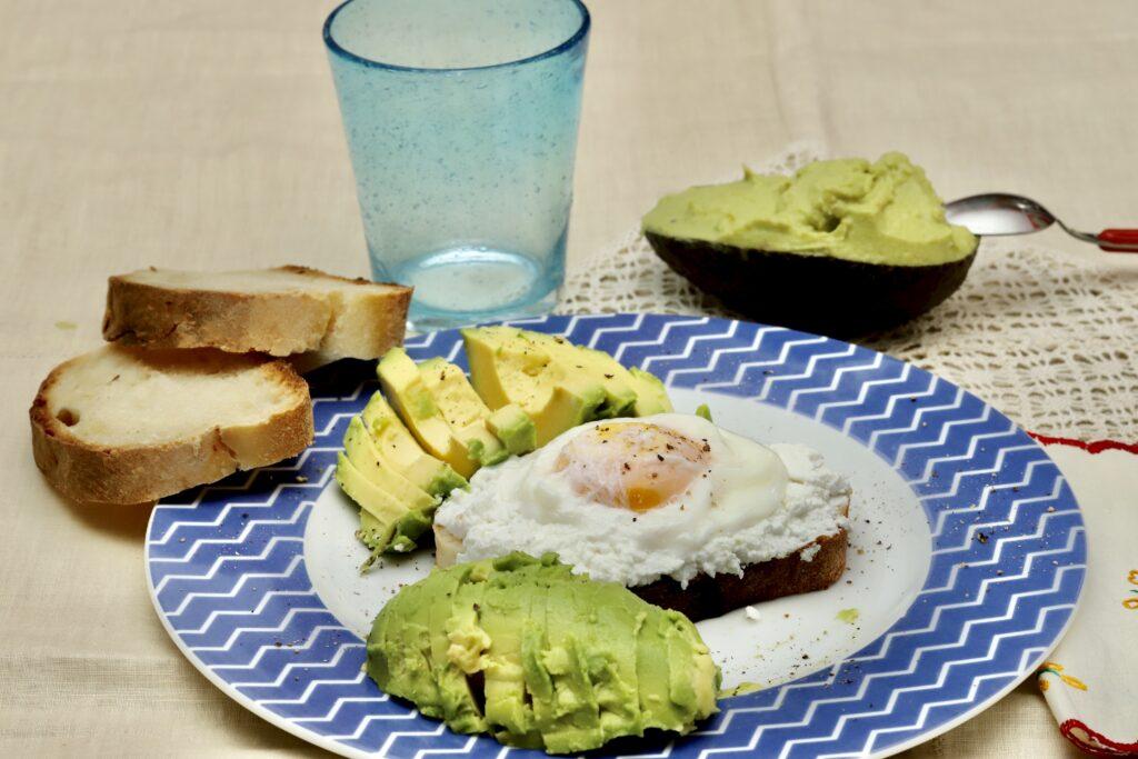 hummus di avocado abbinato con pane, ricotta e uova