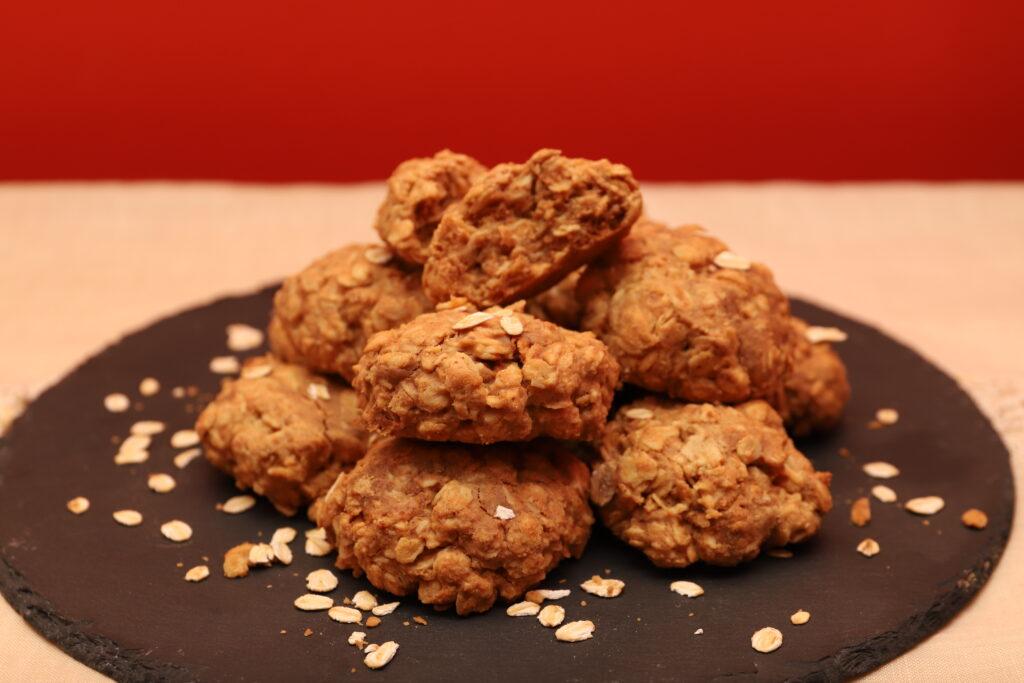 biscotti con fiocchi d'avena, sciroppo d'acero e burro d'arachidi