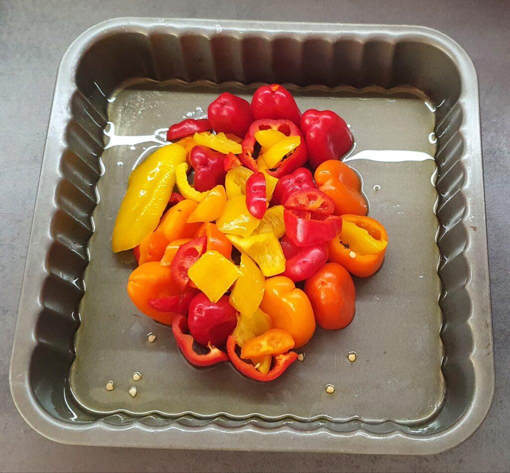 Teglia con peperoni al centro per torta salata tipo tarte-tatin