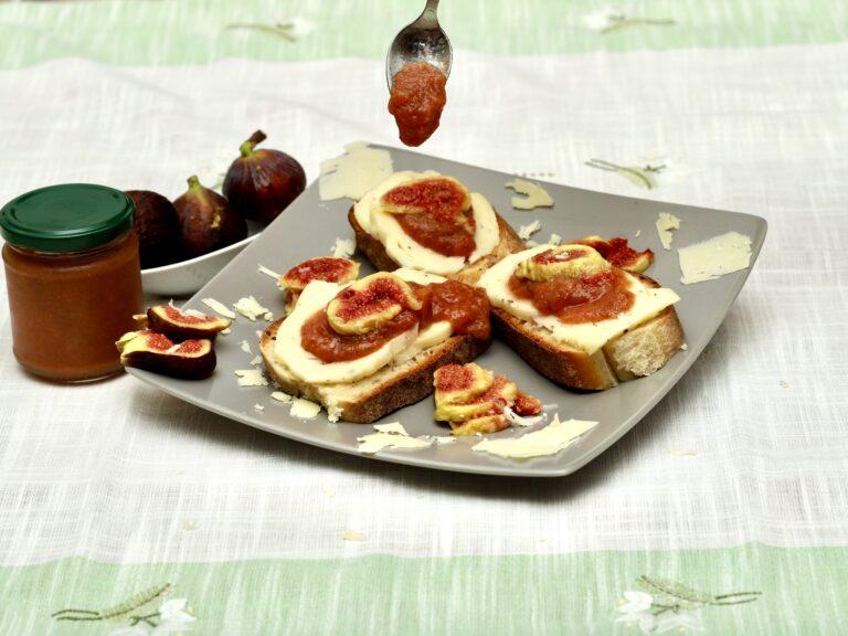 Pane con formaggio fichi e marmellata
