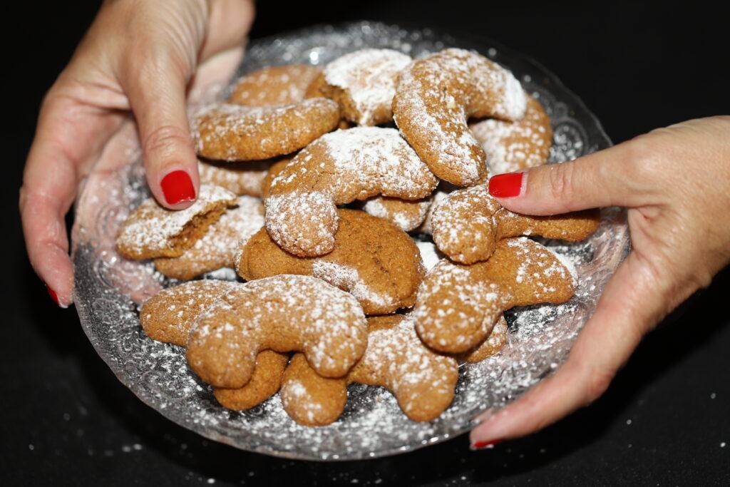biscotti al caffè decorati con zucchero a velo